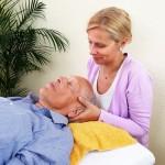 Sabine Papperger bei der Behandlung am Kopf